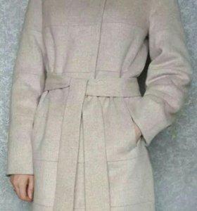 Пальто демисезонное с натуральным мехом.