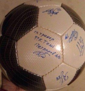 Футбольный мяч с автографами игроков Томи