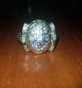 Кольцо с 8 и одним больше бриллиантами