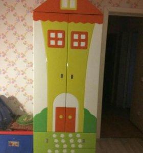Шкаф и детская кровать