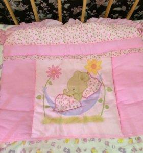 Набор для кроватки . В нем есть бортики и балдохин