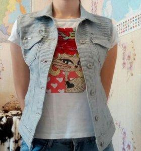 Вещи пакетом жилет, футболка, джинсы