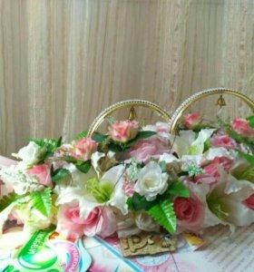 Свадебные кольца и лента с цветами.