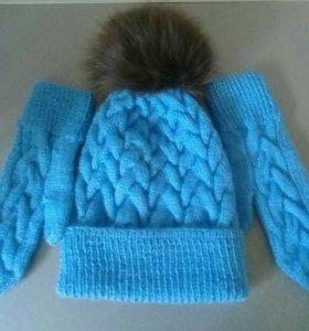 Комплект шапка вязаная с меховыи помпоном, варежки