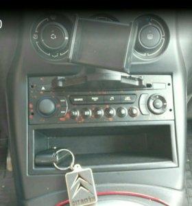 Держатель автомобильный для телефона в CD слот.