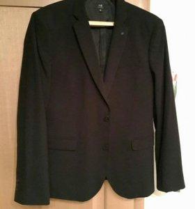 Пиджак черный.