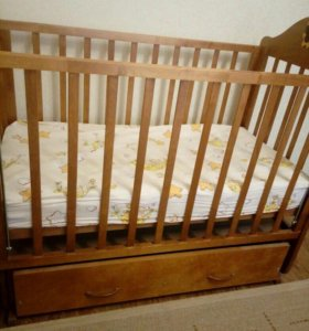 Детская кровать-маятник с ящиком для вещей.