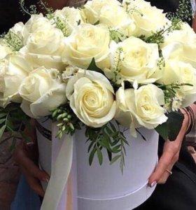 25 белых роз в коробке и зеленью с доставкой спб