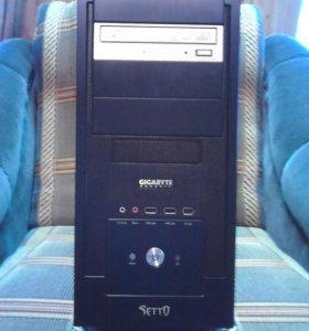 Компьютер в комплекте с монитором и клавиатурой