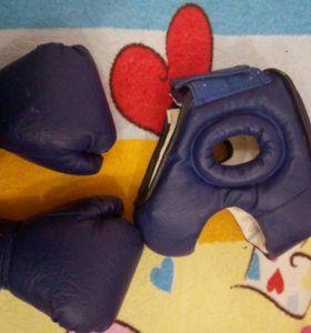 Боксерский шлем и перчатки