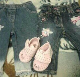 Детские джинсы и тапочки