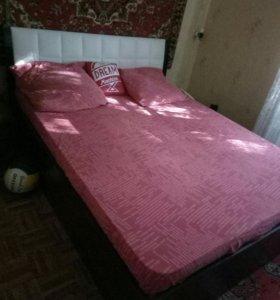 Кровать двухспальная с матрасом и одеялом