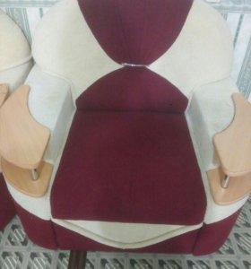 Кресло красно-белое, мягкое