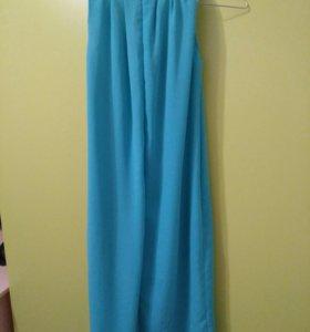 Платье бирюзового цвета.