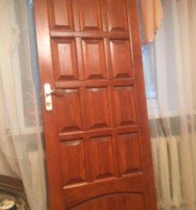 Входная дверь с замком и петлями