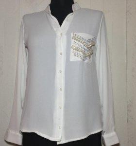 Блузка белая с жемчугом