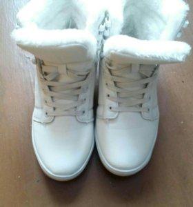 Продам зимние белые кроссовки