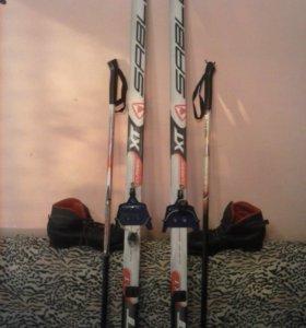 лыжи с ботинками и палками