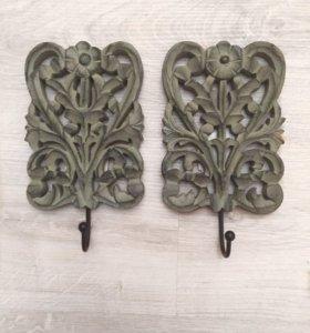 Крючки с декором из резного дерева