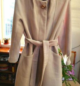 Пальто светлое с поясом