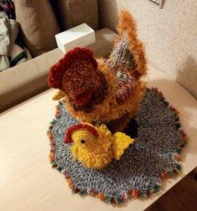 Курица грелка с цыплёнком на салфетке