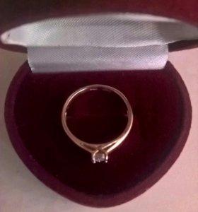 Золотое кольцо с бриллиантом. Размер 16