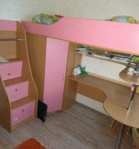 Кровать-чердак с письменым столом.