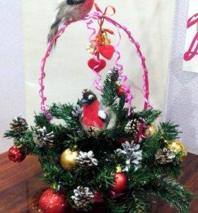 Новогодняя корзинка с птицами из шерсти