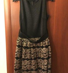 Черное платье с золотистой расклешенной юбкой