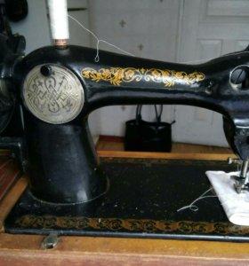 Швейная машинка, книги на английском.