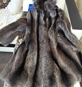 Продам шубу натуральную из меха енота с капюшоном.