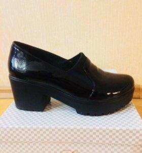 Чёрные лаковые туфли на каблуке