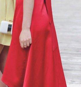 Алое атласное платье с ассиметричным низом