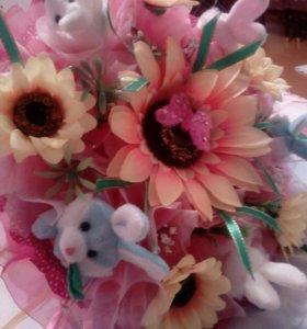 Букет с Искуственными цветами и с игрушками