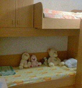 Двухъярусная кровать с шифоньером, стеллажами для