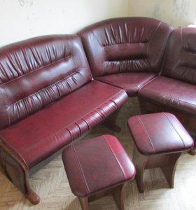 Стол, табуретки и диванчик