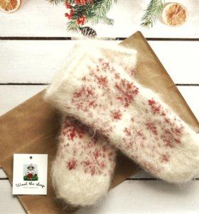 Шерстяные варежки с красными снежинками