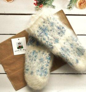 Шерстяные варежки с голубыми снежинками.