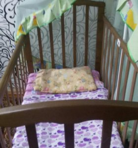 кроватка с матрацем и балдахином.