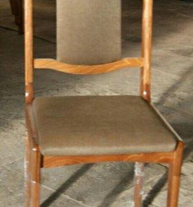 Деревянный стул с полумягкой спинкой