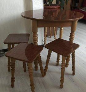 Обеденный стол с табуретами