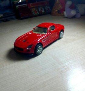 Две машины мерседенс красный , ичёрный.