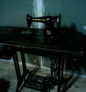 Старинная ножная шейная машина
