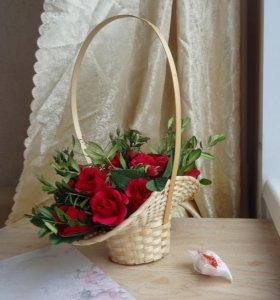 Сладкий букет из бордовых роз в корзинке