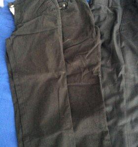 2 джинсы и классические брючки и костюм с брюками