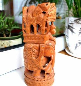 Деревянная фигурка со слоном.