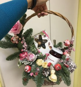 Новогодняя корзинка с живой елкой нобилисом
