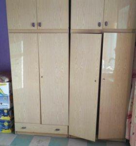Шкаф бельевой и платяной и тумбочки