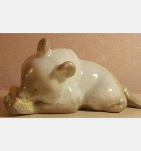 Фарфоровая статуэтка Медвежонок с сотами. 1950-е г