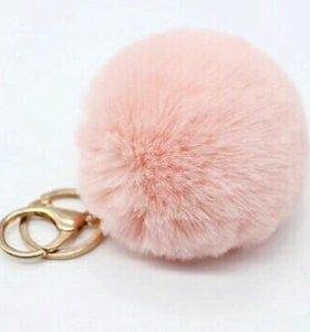 Пушистый розовый брелок